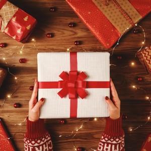 Pakowanie prezentów świątecznych na Boże Narodzenie
