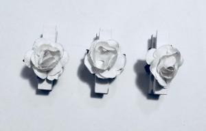 Klamerki dekoracyjne drewniane - Klamerki drewniane z białymi różyczkami